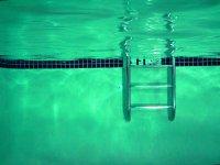 pod wodą w basenie